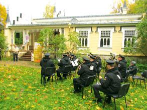 Духовой оркестр ВМПИ на празднике двух космических полетов — он с в Доме-музее Н. К. Рериха в Изварах.      2017