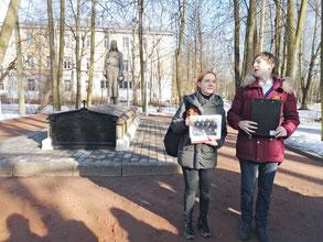 У мемориала «Скорбящая» в Павловске