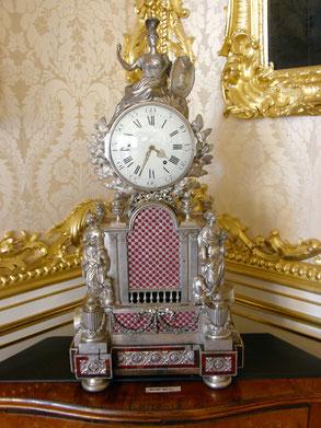 Часы с фигурой Минервы