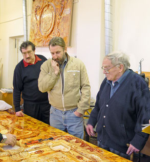 Б. П. Игдалов, художник-реставратор А. М. Крылов и архитектор А. А. Кедринский у янтарного панно. 2001 г.