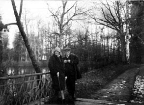 А. Толстой и Н. Крандиевская в Александровском парке. Декабрь 1930 г.