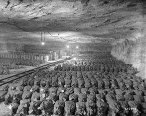 Остаток золотого запаса Третьего рейха, найденный американцами в саксонской соляной шахте Меркерс в апреле 1945 г.