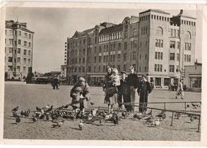 Выборг. Красная площадь. Фотооткрытка 1958 г. Интересно, что в кадр фотографа попали одноклассники Раисы Рыжовой