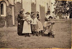 Князь Андрей Александрович Ширинский-Шихматов с семьей в своем имении Островки