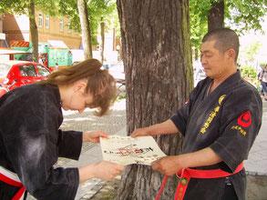 Hanshi Seifuku Nitta überreicht die Renshi-Urkunde an Freifrau Silvia v. Röhl