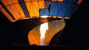 """In de vroege ochtend Ballon vullen met """"hete lucht"""""""