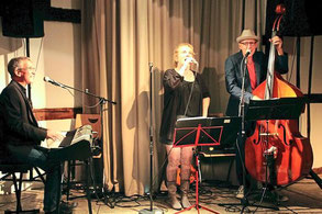 """Charmant: Die """"Jazzpoeten"""" aus Münster überzeugten im Freckenhorster Bürgerhaus mit einem unterhaltsamen Mix aus Musik und Lebenshilfe. Foto: Trautner"""