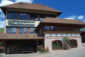 Haus der Winzergenossenschaft, blauer Himmel