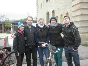 Fünf fröhliche Fahrradfahrer
