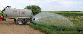 14 cbm Wasser wurden per Fass von einem Landwirt in das Gewässer ausgebracht