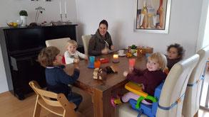 Tagesmutter Sabine zu Tisch mit den Tageskindern