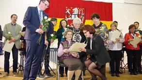 Dr. Tim Grüttemeier und Regierungspräsidentin Gisela Walsken zeichnen Ehrenamtler aus. Foto: Jürgen Lange