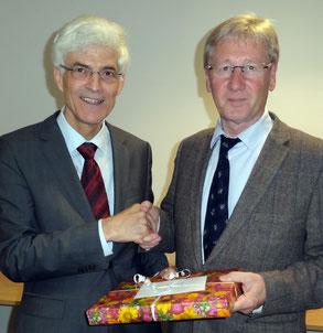 Für seine langjährige verdienstvolle Tätigkeit dankte Seminarleiter Dr. Johann Sjuts (links) Sport-Fachleiter Gerhard Gastmann. Foto: Ulrichs