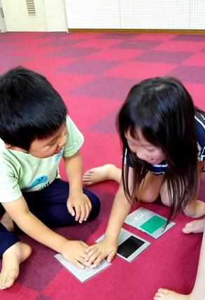 大分市大在にある英語教室・英会話スクールのいもと英会話スクールはアクティブラーニングで子供の主体性と問題解決を伸ばします。カード取りゲームをする生徒