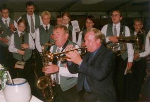 Werner Brand und Heinz Wachtmeister mit den Erler Jägern beim Schützenfest 1999