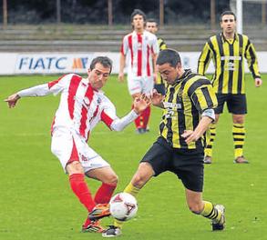 Germán Beltrán, máximo goleador del Laudio, en el partido de la primera vuelta disputado en Fadura. Foto: Mundo Deportivo.