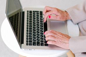 Senioren erlernen im Digitalum den Umgang mit Computer, Tablet und Smartphone