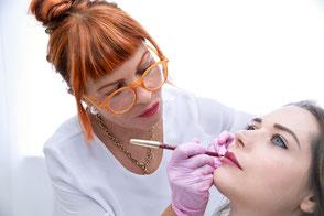 Vorzeichnen der Lippen für das Permanent Makeup