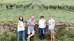 Familie Schäfer im Weinberg • Schäfers Weingut