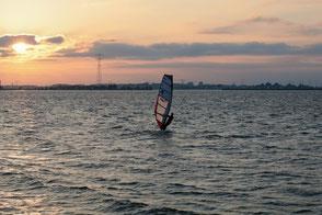Windsurfer auf dem Wasser Fehmarn Wulfener Hals