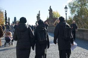 Schwestern unterwegs durch die Altstadt