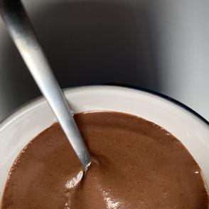 Zuckerarmer Schokoladenpudding von Proweightless angerichtet auf einem Glasteller