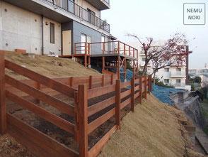 ウッドフェンス、芝貼り、傾斜地、ガーデニング、施工例