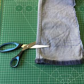 ciseaux montrant l'endroit où couper l'ourlet d'un pantalon