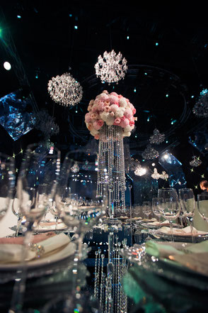 Bild: http://www.freepik.com/free-photo/tall-centrepiece-made-of-pink-flowers-and-crystal-chains-stands-on-dinner-table_1137148.htm