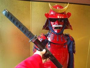 マントをまとって鎧兜と一緒に記念写真を。長篠設楽原PAで