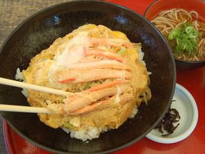 東尋坊で昼食。かに玉丼(1350円)など、海鮮物がうまい