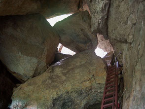 ハイキングコースの難所。ハシゴから落ちたら命はない、かも