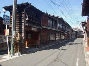 中馬街道と南北街道が交わる辻。かつての宿場の中心