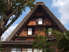 公開されている神田家を見学。身を乗り出して記念写真
