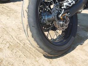 千里浜なぎさドライブウェイの固く引き締まった砂の路面