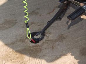 ただ、重量バイクはサイドスタンドが砂に埋まるので注意
