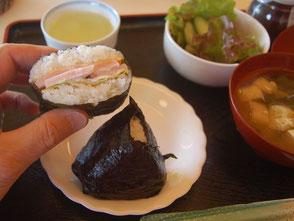おにぎらず、おにぎり、サラダ、各100円ナリ。棚田カフェで