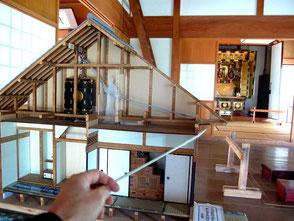 上げ仏壇の模型。洪水時にはこうして二階に引き上げる