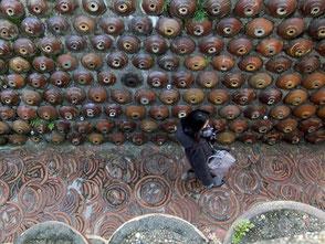 焼酎瓶の擁壁がアートな雰囲気。土管坂で