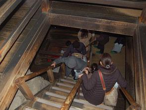 怖いぐらい急な犬山城の階段。木造なのが素晴らしい