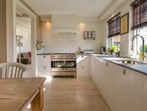 Strukturierte und ordentliche Küche