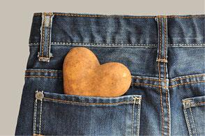 Fotografie einer Kartoffel in Herzform mit einer Jeans Hose von Funkenflug Design Münster.