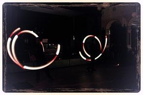 Leuchtende Muster zaubern die beiden Artisten aus Sachsen während dieser UV Show in den dunklen Raum.