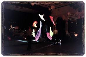 Leuchtkeulen jonglieren die beiden Artisten aus Leipzig auf hohem Niveau.