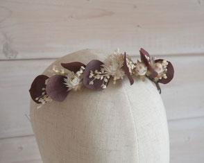 Longue barrette Kiara, pour la mariée romantique. Véritables fleurs séchées et stabilisées, dans les teintes de blanc ivoire et prune. Fleurs d'immortelle et eucalyptus. Accessoire de mariée de La cinquieme saison.