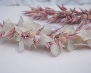 Longue barrette lola pour la mariée. Tiare faite main en véritables fleurs d'hortensia et avoine stabilisées, dans les teintes de blanc ivoire et rose tendre. Création intemporelle de La cinquieme saison.