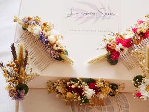 Coffret de ccréations assorties en fleurs séchées et stabilisées Françaises, contenant une peigne fleuri et sa boutonière assortie. Créations personnalisables sur demande. La cinquième Saison.