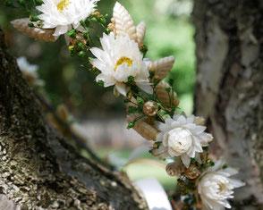 """Couronne de fleurs """"La cinquième Saison"""" faite main en france. Couronne et accessoires de cheveux pour la mariée. Artisan créatrice spécialisée dans la confection d'accessoires fleuris pour les mariées et leurs demoiselles d'honneur."""