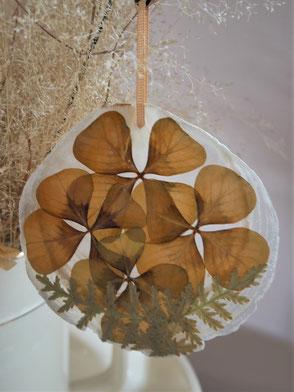 Nacre décoré de feuilles d'oxalis et achillée pressées