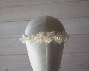 Longue barrette de mariée - Tiare, en fleurs d'hortensia stabilisé blanc ivoire. Création faite main par La cinquième saison.